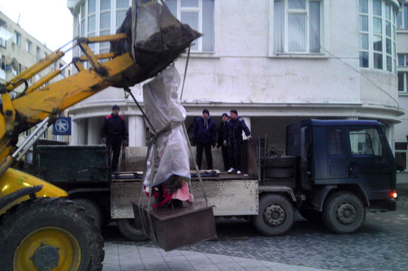 Pripadnici Žandarmerije uklonili su rano jutros spomenik pripadnicima OVPMB u centru Preševa ispred zgrade opštine