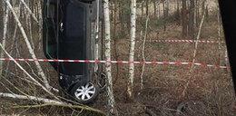 """Auto """"stanęło"""" na drzewie. Kierowcy szuka policja"""