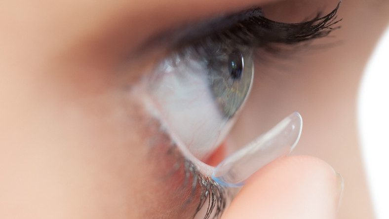 Soczewka kontaktowa z filrtami UV