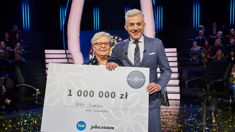 Pani Maria Romanek jest emerytowaną polonistką. Grę o milion rozpoczęła w poprzednim odcinku.