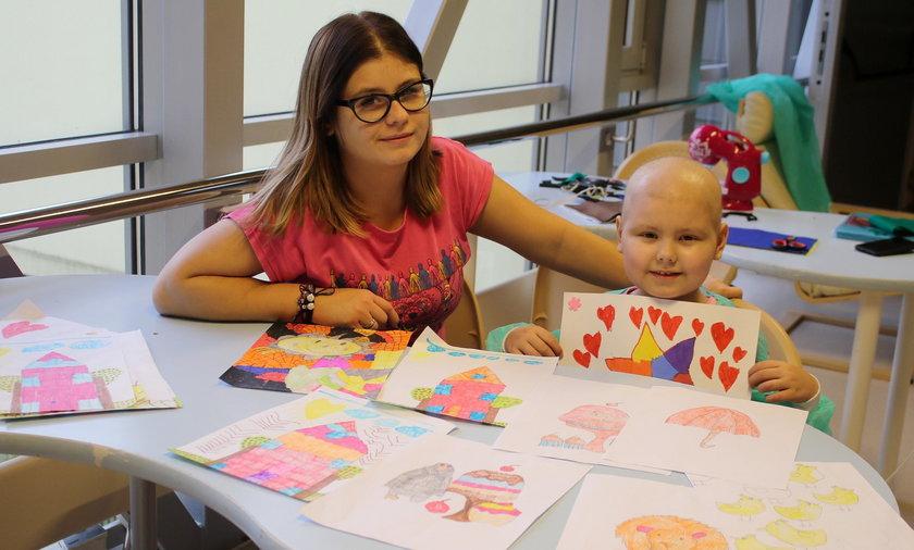 Chora Hania pomaga innym dzieciom