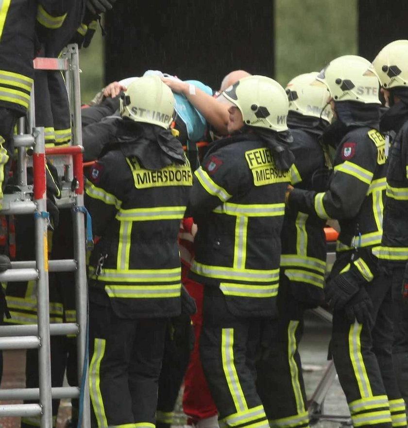 Niemieccy strażacy ratują ofiary katastrofy polskiego autobusu