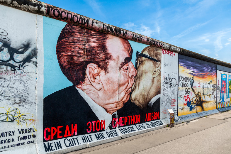 "Berlin, ""Braterski pocałunek"" Breżniewa z Honeckerem na murze w East Side Gallery"