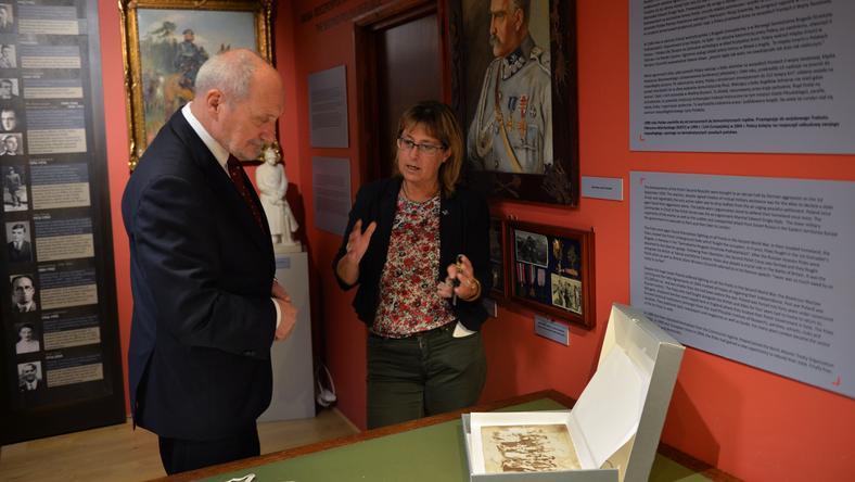 Antoni Macierewicz w towarzystwie Anny Stefanickiej zwiedził Instytut Józefa Piłsudskiego w Londynie