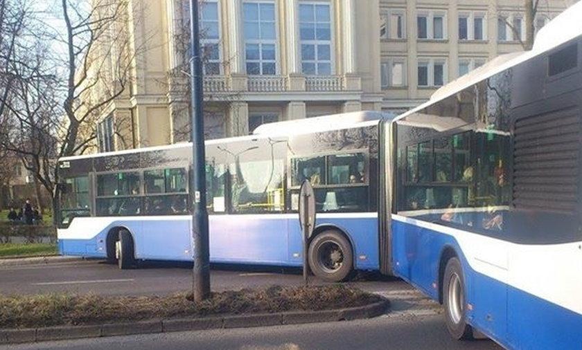 Brawurowe zawracanie kierowcy autobusu