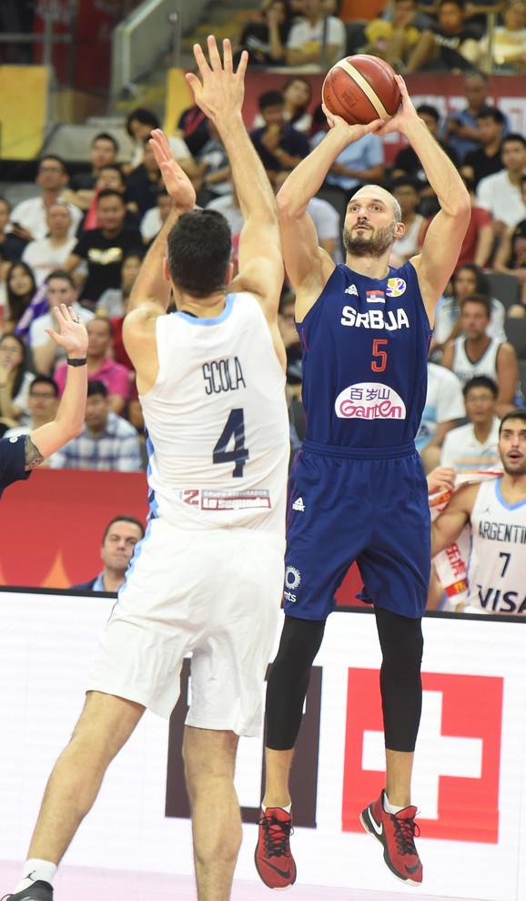 Simonović pogađa trojku u prvom poluvremenu