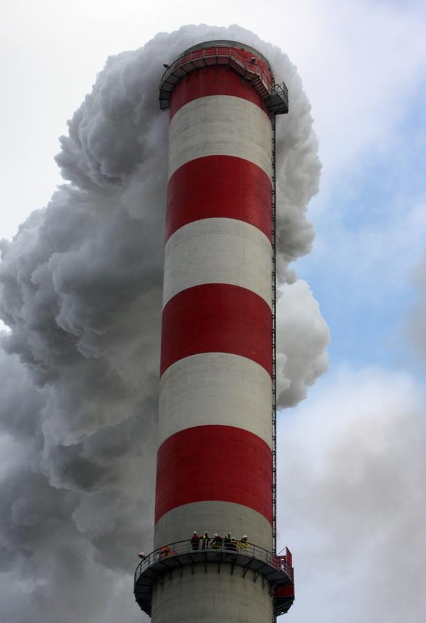 """""""Chcemy zostać na kominie tak długo, aż otrzymamy od premiera zapewnienie, iż polska polityka energetyczna zmieni się, tzn. że będziemy odchodzić od węgla i inwestować w odnawialne źródła energii. Ekolodzy chcą także zapewnienia, że Polska nie będzie blokować pakietu klimatycznego UE"""" - powiedział PAP rzecznik prasowy Greenpeace Polska, Jacek Winiarski."""