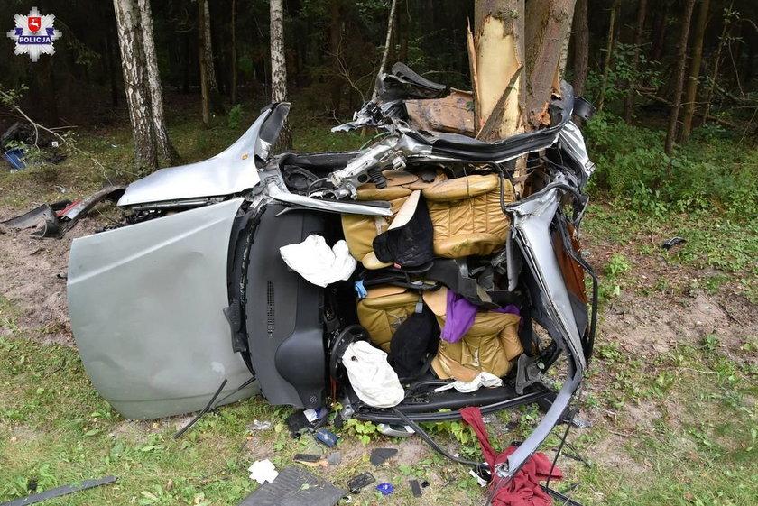 Auto roztrzaskało się na drzewie. 20-latek nie żyje
