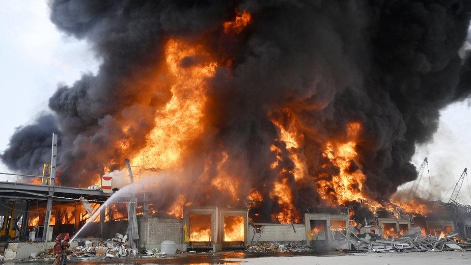 Płonący magazyn opon i ropy w Bejrucie