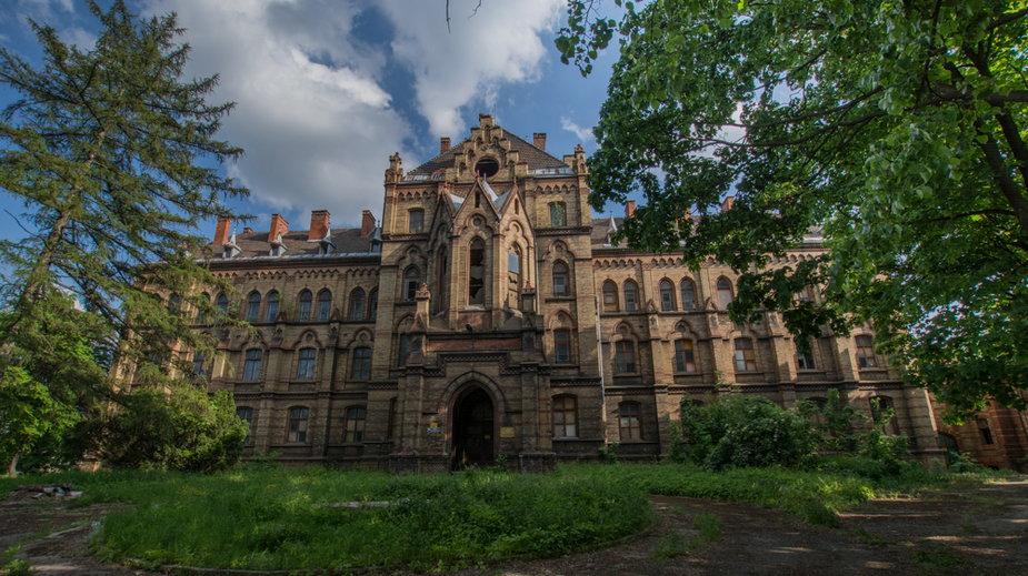 """Opuszczony """"pałac"""" w Mokrzeszowie, sierpień 2021"""