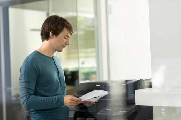 Wykonany wydruk należy, jako pismo wpływające do sądu, oznakować pieczęcią