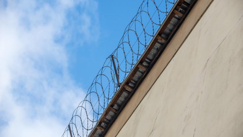 Drut kolczasty na więziennych murach