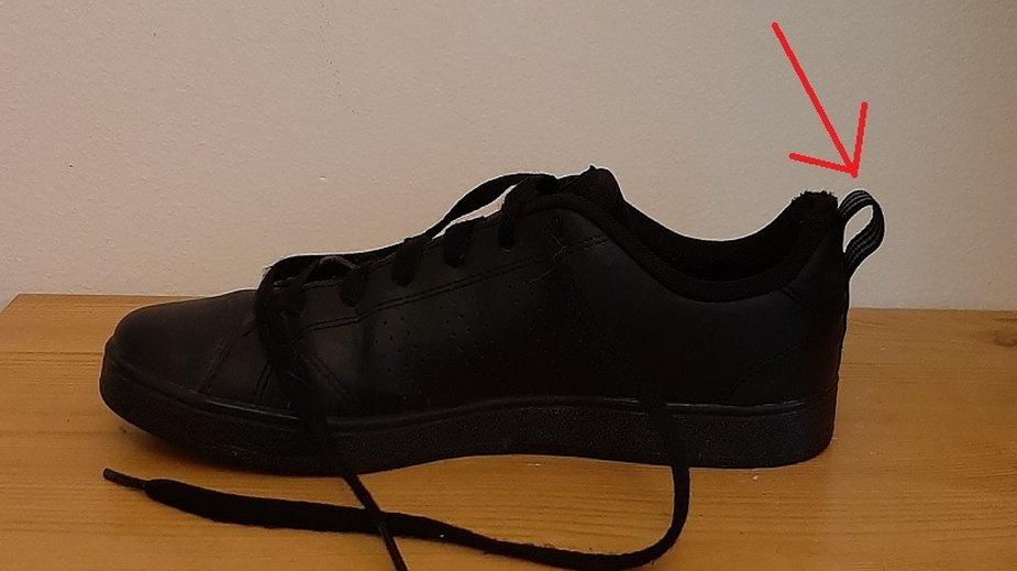 Do czego służy ta pętelka z tyłu buta?