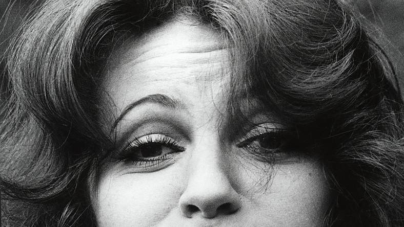 """Anna Jantar wcale nie zginęła w katastrofie samolotu """"Mikołaj Kopernik"""" w roku 1980. Prawdopodobnie do dziś przebywa w haremie, do którego porwała ją szajka Arabów zachwyconych niezwykłą urodą piosenkarki. A według innej teorii –przeżyła katastrofę, ale straciła pamięć i trafiła –co ciekawe –na Węgry, gdzie żyje do dnia dzisiejszego."""