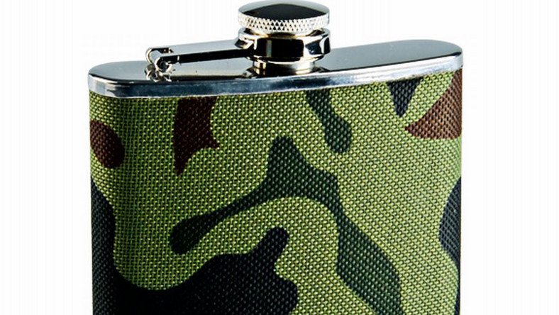 W kolekcji znajdziemy oryginalne akcesoria podróżne: portfele, plecaki, torby, kosmetyczki oraz maski na oczy. Kolekcję uzupełniają: oryginalne piersiówki i scyzoryk, przywieszki, breloki, otwieracze, etui na telefon, zegarki oraz kubki w wojskowym stylu.