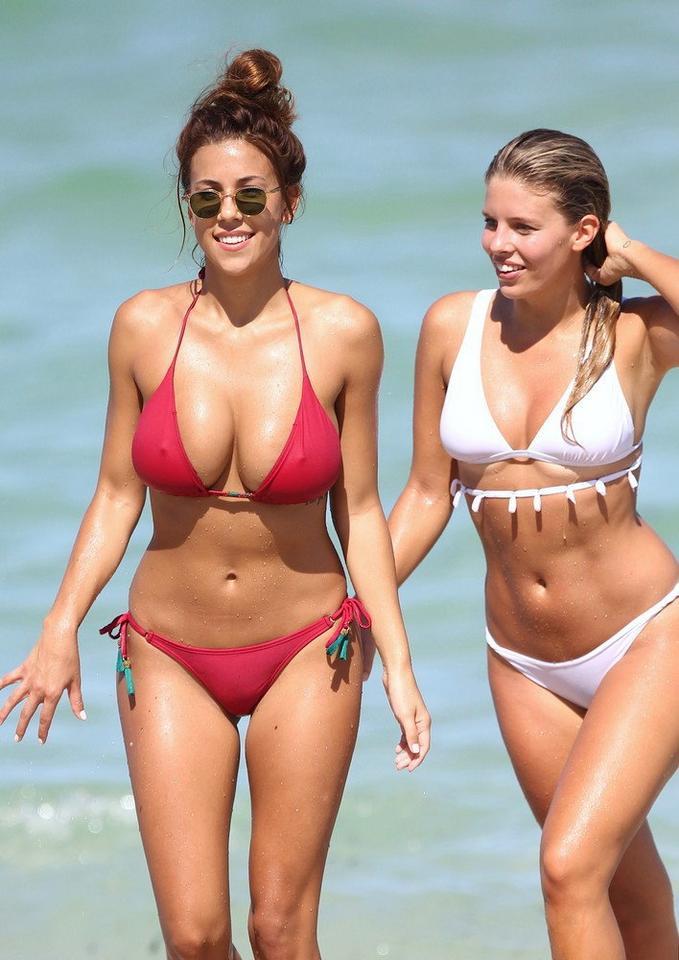 Natasha Oakley (białe bikini) i Devin Brugman (czerwone bikini)