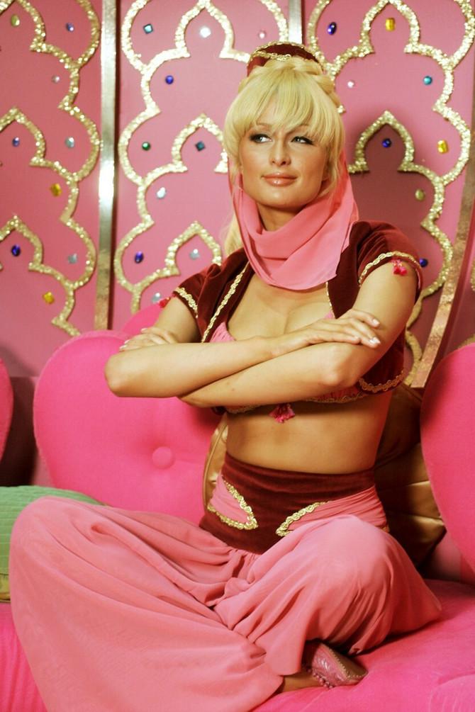Čuvenoj pozi i kostimu nije odolela ni Paris Hilton