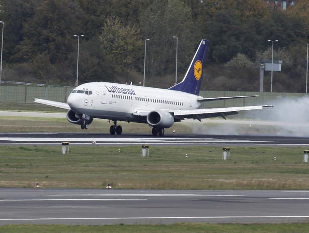Rządy Unii Europejskiej zrezygnowały z groźby cofnięcia amerykańskim liniom lotniczym praw do lądowania w Europie w zamian za obietnicę Ameryki, że przystanie na to, aby przewoźnicy mogli należeć do obcych inwestorów.