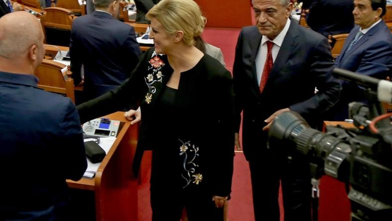 Chorwacka głowa państwa spędza dziś drugi dzień w Albanii. To tam prezentuje swoje kolejne bardzo udane zestawy ubrań...