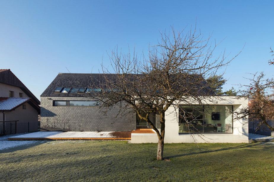 Jednorodzinny dom w Katowicach. Nowoczesna bryła na typowym osiedlu