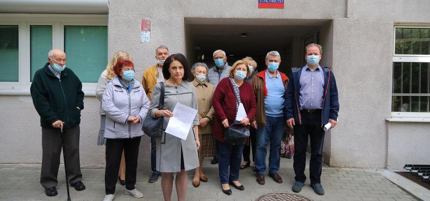 Prokuratura w Łodzi umorzyła śledztwa w sprawie tzw. Króla Manhattanu. Mieszkańcy Spółdzielni Mieszkaniowej Śródmieście są oburzeni.