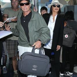 Michael Douglas i Catherine Zeta-Jones z dziećmi na lotnisku
