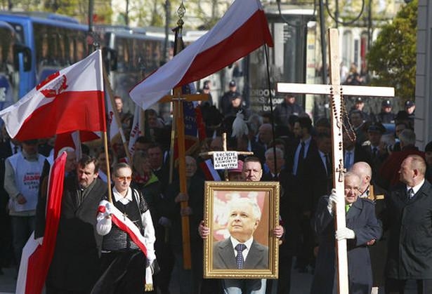 Złożono kwiaty i zapalono znicze na grobie ostatniego prezydenta RP na uchodźstwie Ryszarda Kaczorowskiego, a także na grobach trzech duchownych, którzy zginęli pod Smoleńskiem