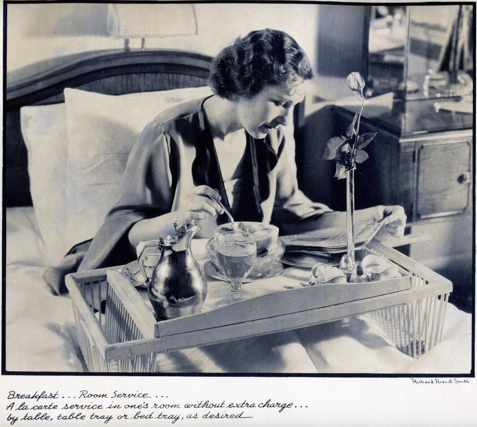 Wkrótce po otwarciu hotel Waldorf Astoria wprowadził 24-godzinny room service - pierwszy w historii hoteli.