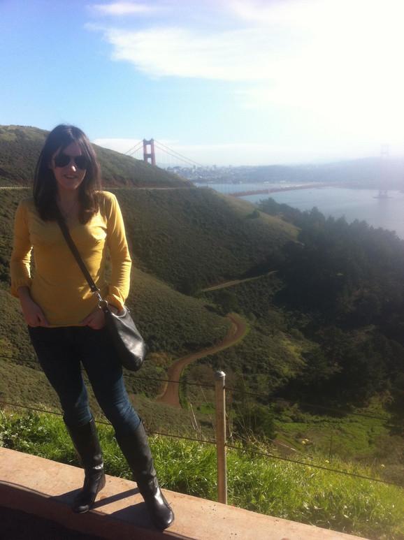 Sonja u San Francisku, sa Golden Gejt mostom u pozadini