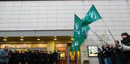 """Race i policja pod Teatrem Powszechnym. Młodzież Wszechpolska protestuje przeciwko """"Klątwie"""""""