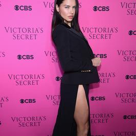 """Piękne modelki Victoria's Secret na różowym dywanie. Wśród nich przyszła """"emerytka"""""""