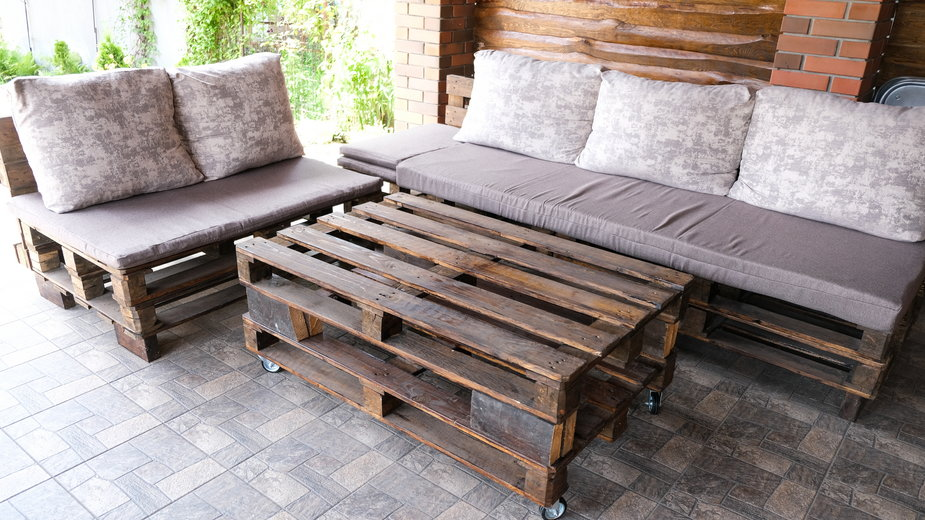 Z palet można wykonać stolik, ławki i fotele - vfhnb12/stock.adobe.com