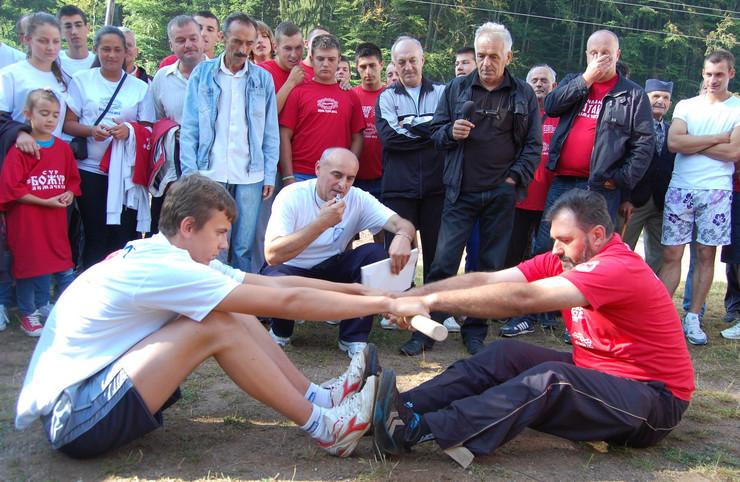 498574_nova-varos-01-na-seoskoj-olimpiajdi-desetak-disciplina-takmiceenje-u-nadvlacenju-klicka-foto-zeljko-dulanovic