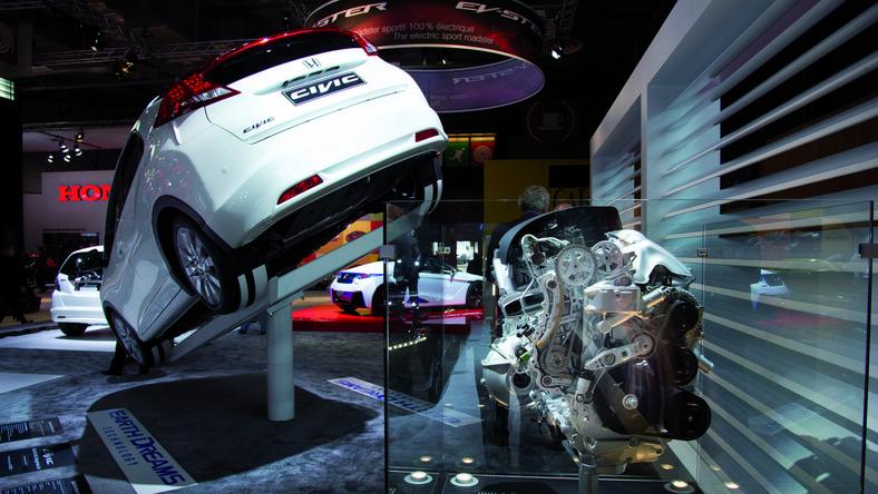 To nie żart! Honda zdecydowała się na odważny krok. Inżynierowie japońskiej marki pracują nad nową generacją auta, na punkcie którego szaleli kierowcy - także w Polsce. Tak, tak - honda civic type R powróci - wiemy kiedy! Zanim to nastąpi mądre głowy z Hondy dają kierowcom całkiem nowy silnik - ma niewielką pojemność i dużo mocy. Pali niezwykle mało. A to nie wszystko - poznaj ambitne plany Hondy…