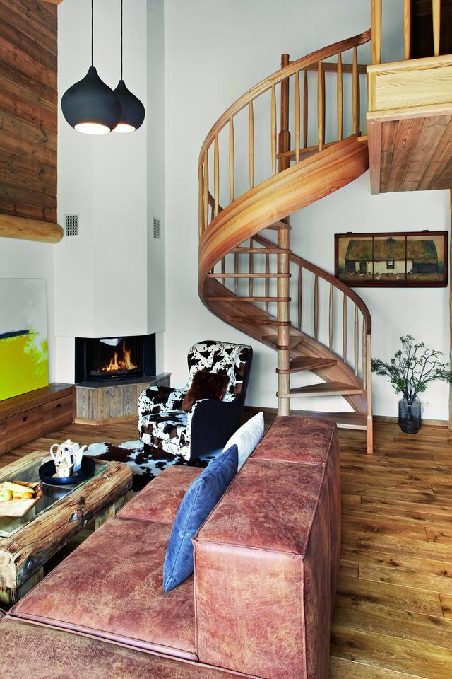 KRĘCONE SCHODY z jesionowego drewna prowadzą na galerię, z której wchodzi się do sypialni.