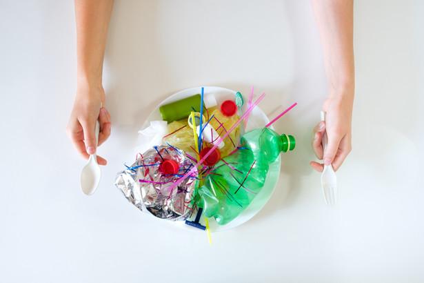 Naukowcy podkreślają, że w oczyszczalni ścieków część mikroplastików może trafić do środowiska, mimo filtrów i innych procesów uzdatniania wody