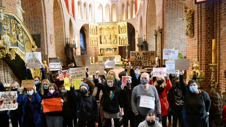 Przedstawiciele Strajku Kobiet podczas protestu przeciw zaostrzeniu prawa aborcyjnego w poznańskiej katedrze