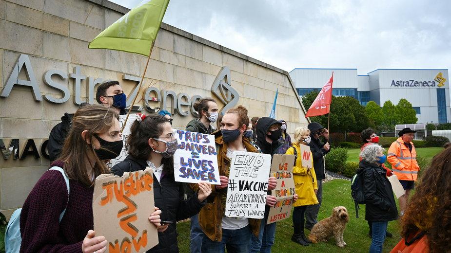 Demonstranci przed biurami firmy farmaceutycznej AstraZeneca w Macclesfield, w środkowej Anglii