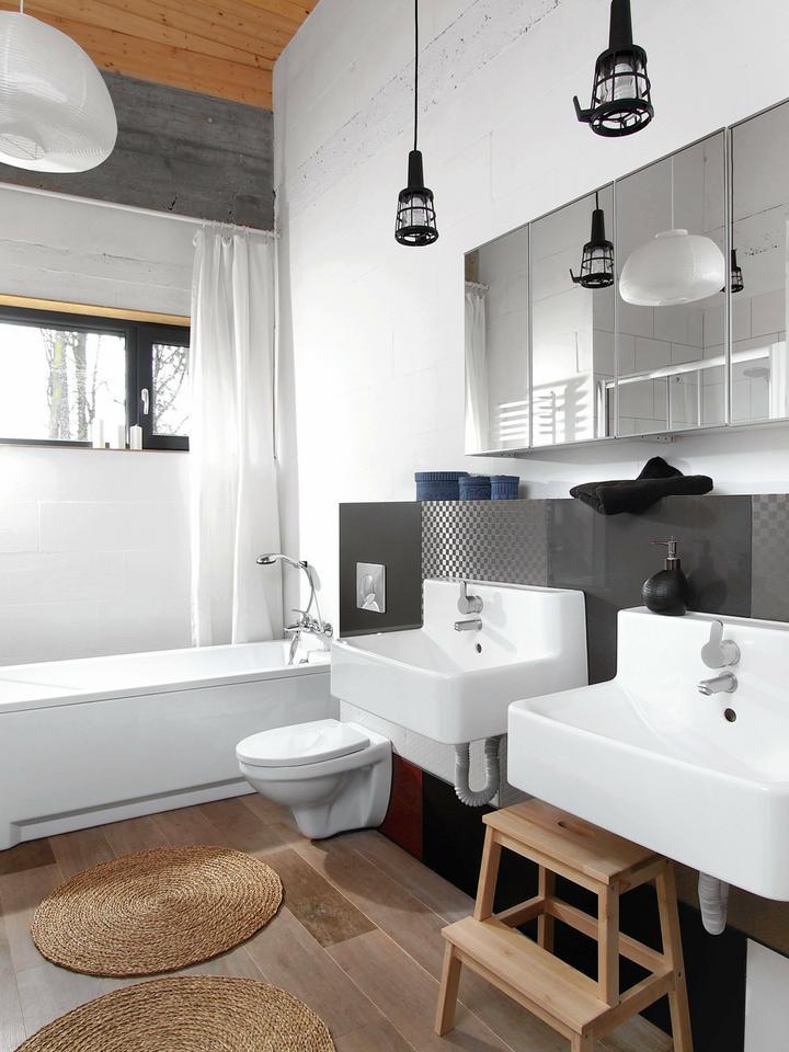 ŚCIANKA kryjąca instalacje podwieszonego sedesu i umywalek jest wykończona płytkami o różnych wzorach.