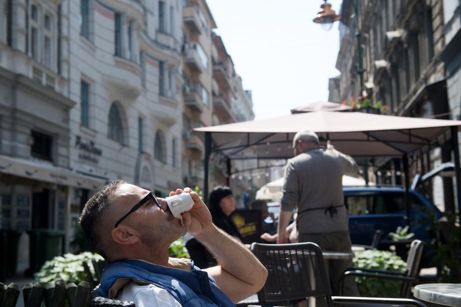 Szombaton újra kinyithatnak a vendéglátóhelyek, így az éttermek, kávézók, cukrászdák, büfék és presszók kerthelyiségeiben vagy teraszain a megrendelt ételeket és italokat el lehet fogyasztani. / MTI/Koszticsák Szilárd