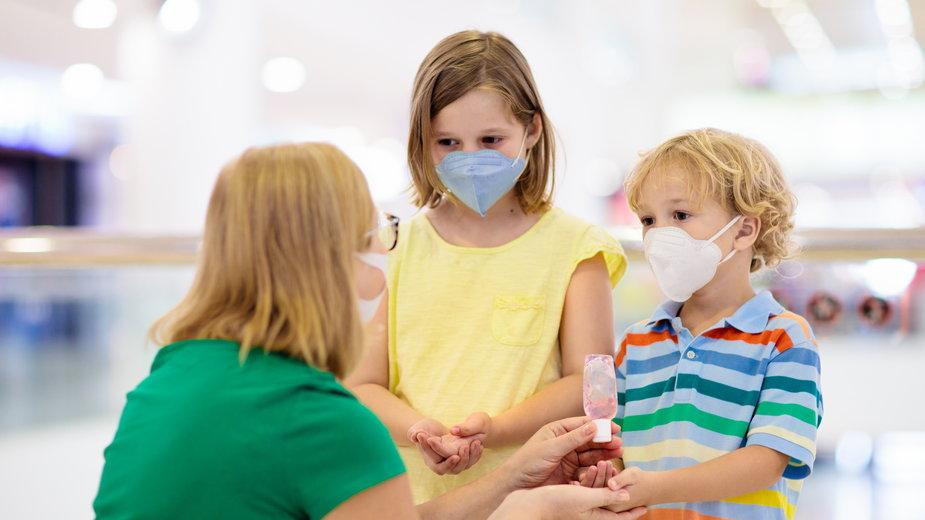 Koronawirus: Częściowy zakaz wychodzenia z domu dla dzieci i młodzieży. Od kiedy? W jakich godzinach?