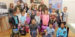 Dzieci dostały plecaki i przybory szkolne