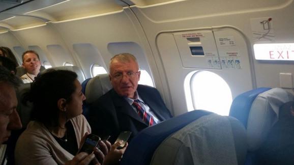 Šešelj u avionu za Beograd (foto: RTCG)