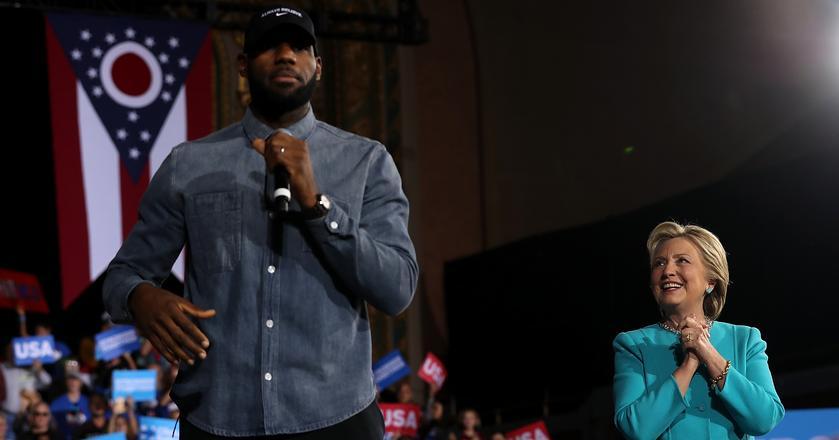 Hillary Clinton oraz koszykarz LeBron James podczas kampanii w Cleveland
