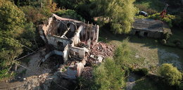 Kradli cegły z zabytkowego pałacu, by łatać polną drogę. Doprowadzili do katastrofy!