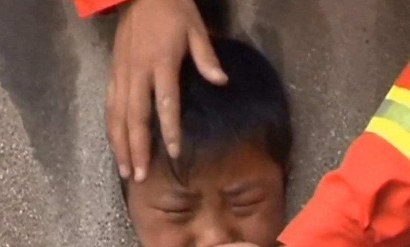 Mały Chińczyk wsadził głowę