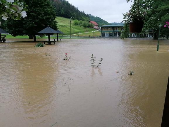 Guča pod vodom: U prestonici trube poplavljeno 70 kuća