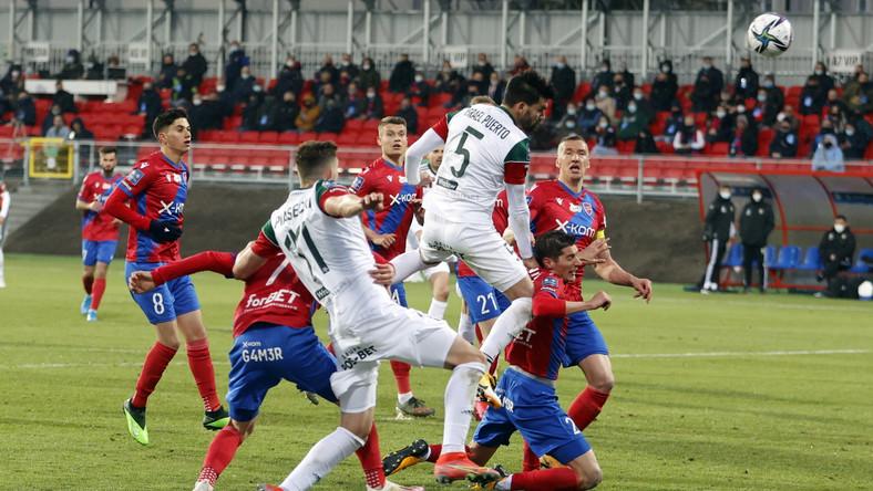 Zawodnik Śląska Wrocław Israel Puerto (góra) podczas meczu 27. kolejki piłkarskiej Ekstraklasy z Rakowem Częstochowa