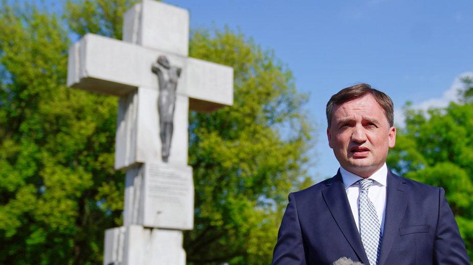 Minister sprawiedliwości, prokurator generalny Zbigniew Ziobro podczas złożenia kwiatów przed warszawskim Pomnikiem Ofiar Ludobójstwa dokonanego przez nacjonalistów ukraińskich na obywatelach II RP