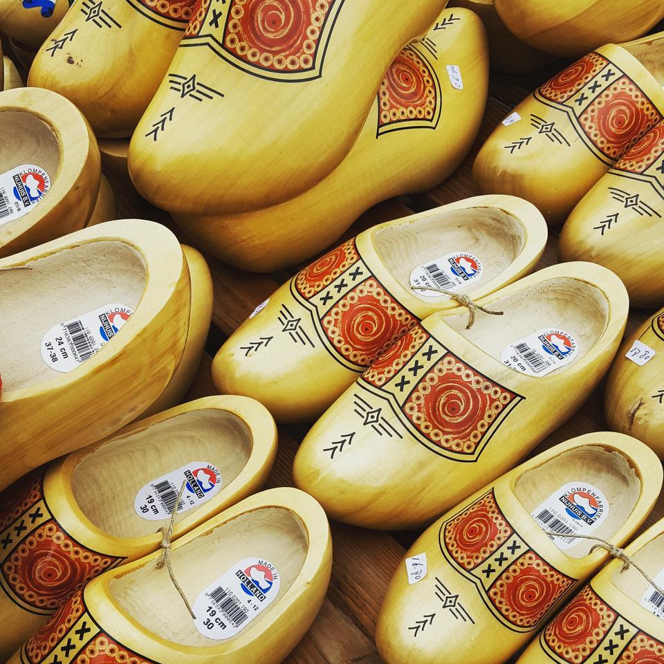 Co tydzień w piątek odbywa się tutaj Tradycyjny Holenderski Targ Serów na placu głównym miasta oraz ważenie sera w ratuszu.
